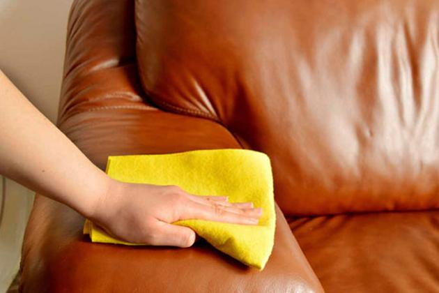 Sự dụng khăn lau mềm để vệ sinh những vết bẩn dễ lau chùi trước khi sử dụng các biện pháp khác cho các vết bẩn cứng đầu