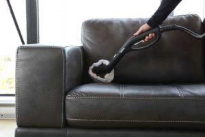 Sử dụng máy hút bụi để làm sạch những góc khó lau chùi trên ghế sofa