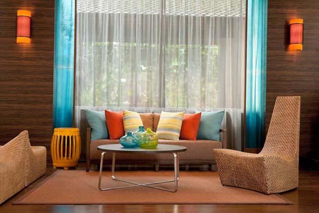 Thay đổi không gian xung quanh và trang trí bộ sofa với những đồ nội thất khác trong nhà để là mới không gian sống