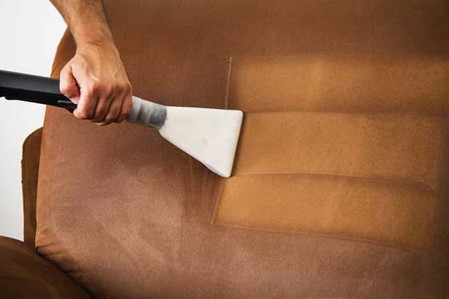 Vệ sinh sofa thường xuyên cũng là một cách để làm mới bộ sofa nhà bạn