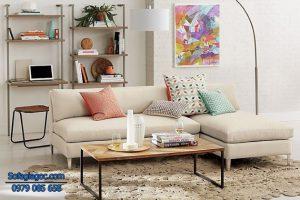 Gối ôm sofa có họa tiết đơn giản sẽ phù hợp hơn với không gian phòng khách bé