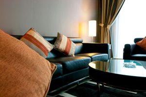 Sự kết hợp hài hòa giữa sofa đen và bàn tragn trí
