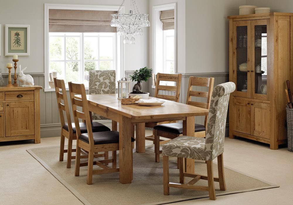 Không gian phòng bếp ấm cúng, sang trọng với mẫu bàn ăn bằng gỗ cao cấp