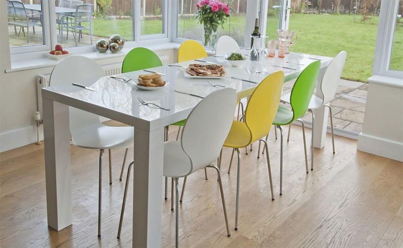 Chắc chắn bạn sẽ bị mê mẩn với mẫu bàn ghế ăn nhựa đầy màu sắc này