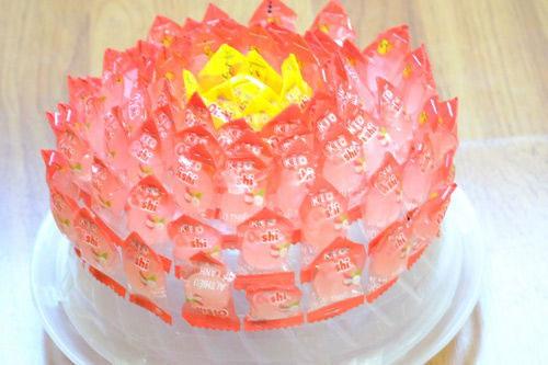Dính Kẹo Màu đỏ Thành Các Vòng Tròn Bao Lấy Nhụy Hoa Sen.